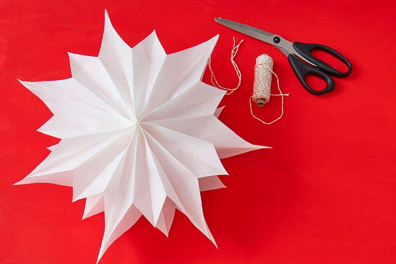 Origami So bastelt ihr Sterne aus Butterbrottüten   [GEOLINO]