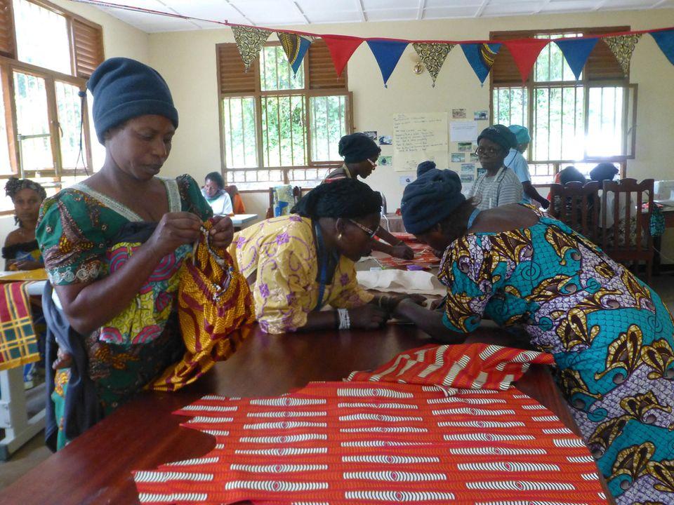 Demokratische Republik Kongo: Die Frauen im Witwen-Zentrum in Rumangabo haben nicht nur das Nähen gelernt, sondern auch das Erstellen und Übertragen von Schnittmustern