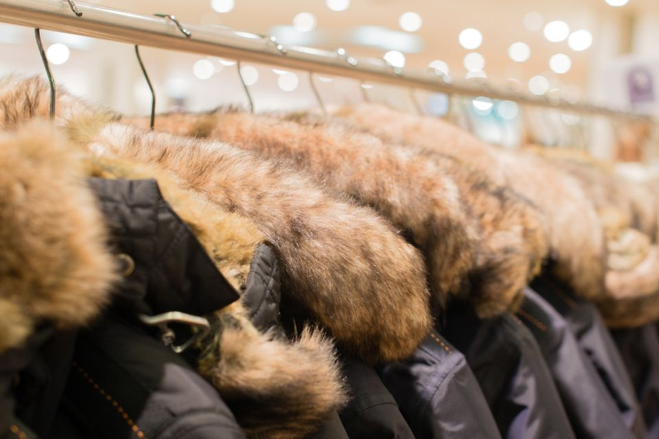 Jacken mit Pelzkragen auf der Kleinderstange