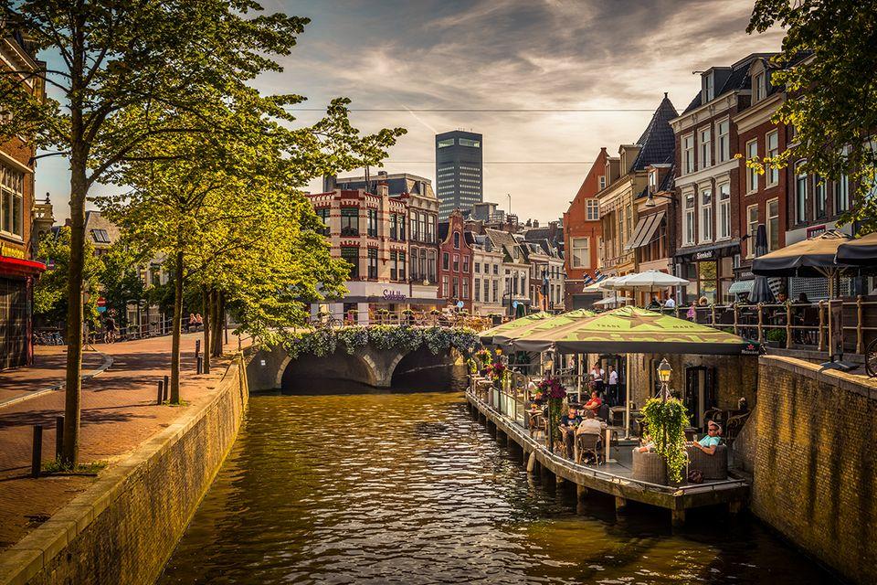 Kanal und Stadt Leeuwarden in den Niederlanden