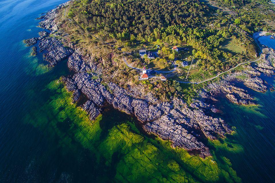 Luftaufnahme des Leuchtturmes Hammer Odde, Insel Bornholm