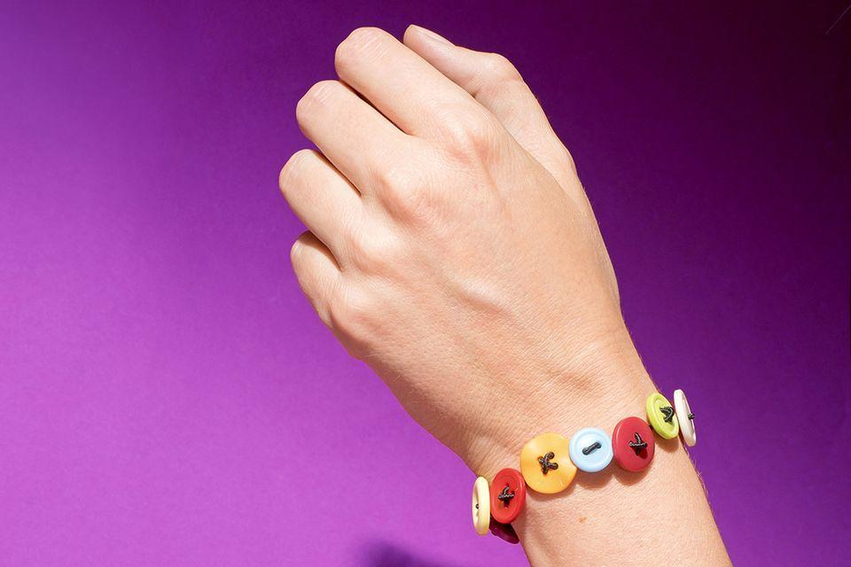Armband aus Knöpfen