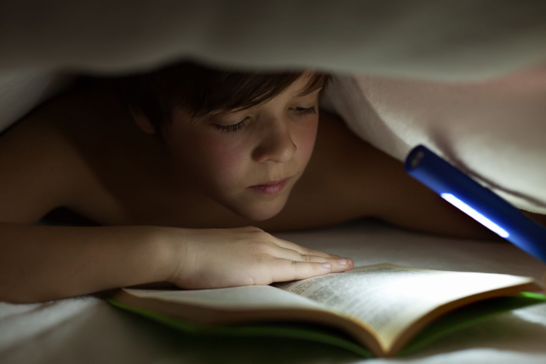 Lesen bei Taschenlampenlicht