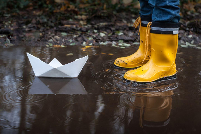 Papierboot in Pfütze