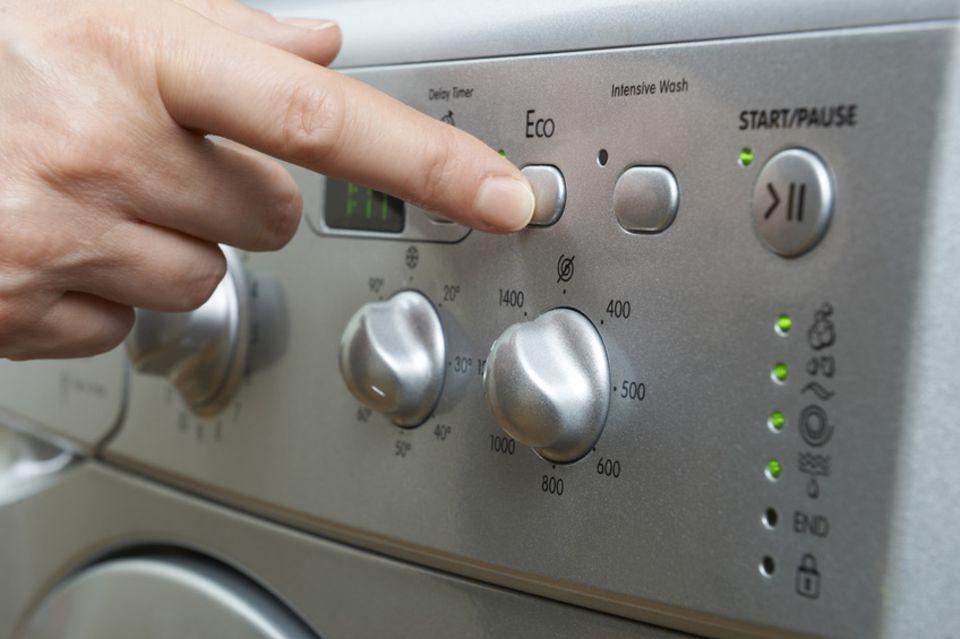 Eco-Knopf an der Waschmaschine wird gedrückt