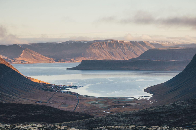 Aussicht auf ein Dorf der Westfjorde in Island