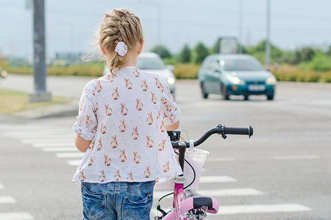 Mädchen im Straßenverkehr