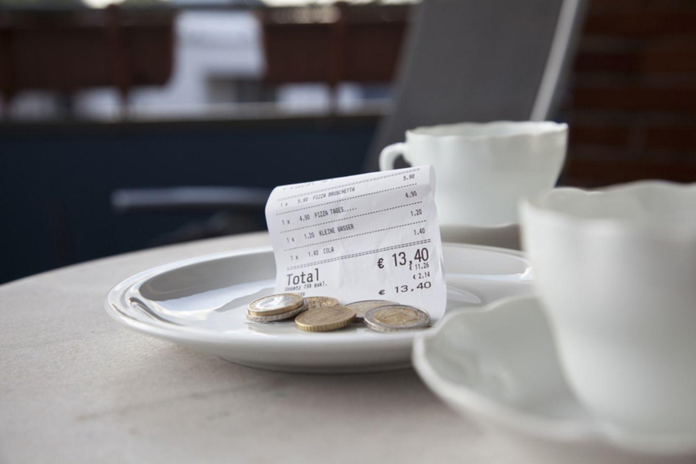 Kaffeegeschirr mit Kassenbeleg