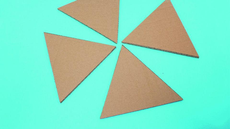 Backen wie in Ägypten: 1: Dreiecke aus Karton ausschneiden