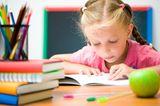 Mädchen lernt am Schreibtisch