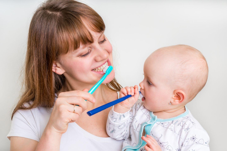 Mutter und Kind am Zähneputzen