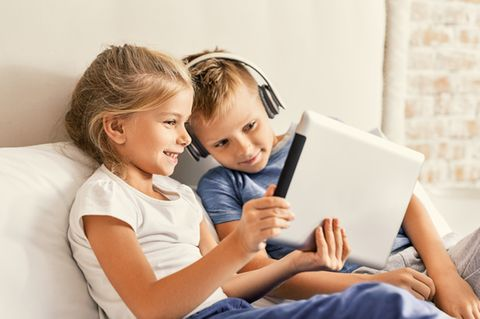 Kinder spielen am Tablet