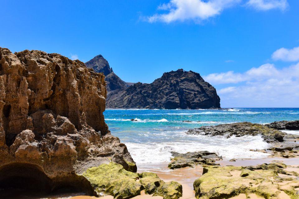 Porto Santo, Portugal: Vom Strand von Porto Santo blickt man auf die vorgelagerte Felsinsel Ilhéu de Baixo