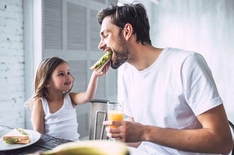 Vater und Tochter essen