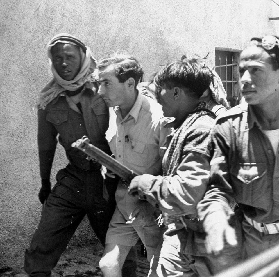 Arabische Soldaten führen jüdische Gefangene ab