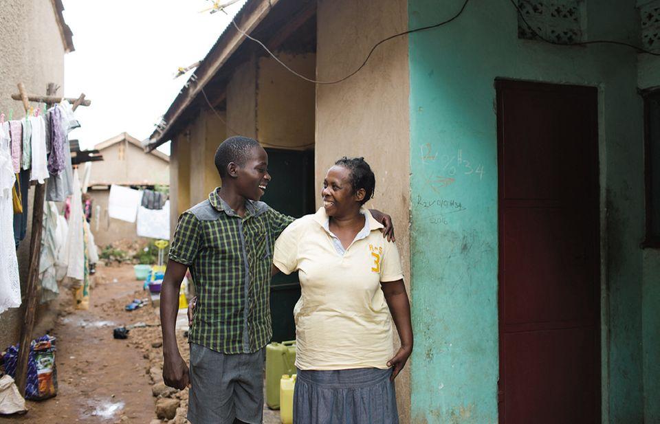 Eric und Mutter in Uganda