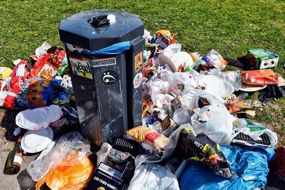 Überfüllter Mülleimer am Ufer Schwanenwik in Hohenfelde, Hamburg