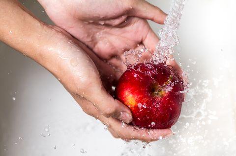 Apfel waschen