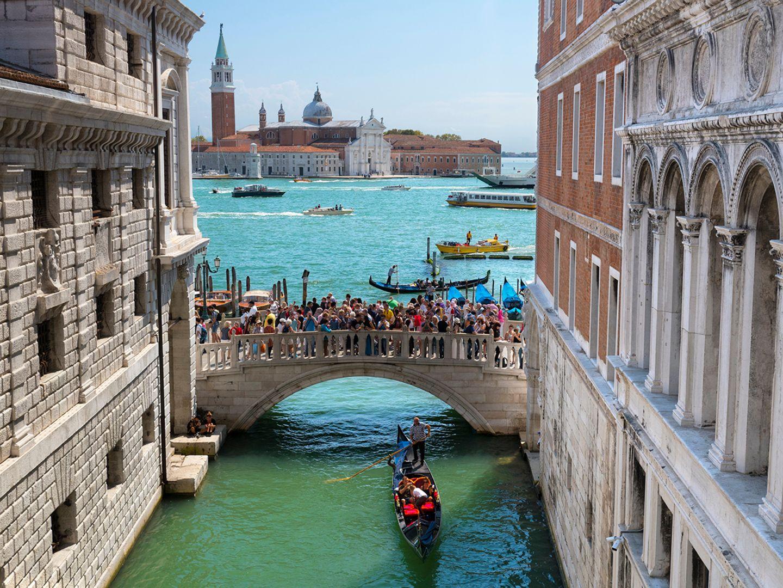 Overtourism: 12 Besucher auf jeden Bewohner: In Venedig treffen täglich rund 60 000 Touristen auf vielleicht 5000 verbliebene Venezianer im touristischen Zentrum