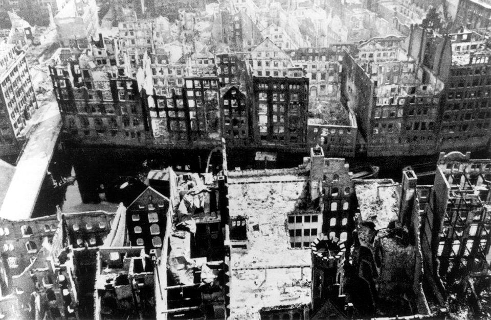 Ausgebrannte Häuserskelette in Hamburg