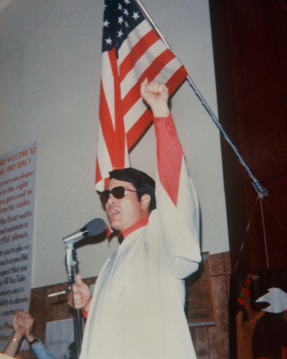 Mit geballter Faust spricht Jim Jones, der Führer der Volkstempelsekte zu seinen Anhängern. Er beging am 18. November 1978 mit …