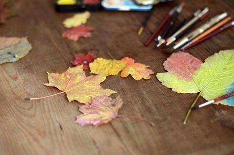 Laub bemalen im Herbst