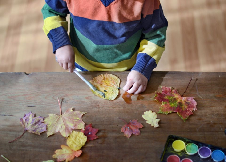 Blätter bunt bemalen