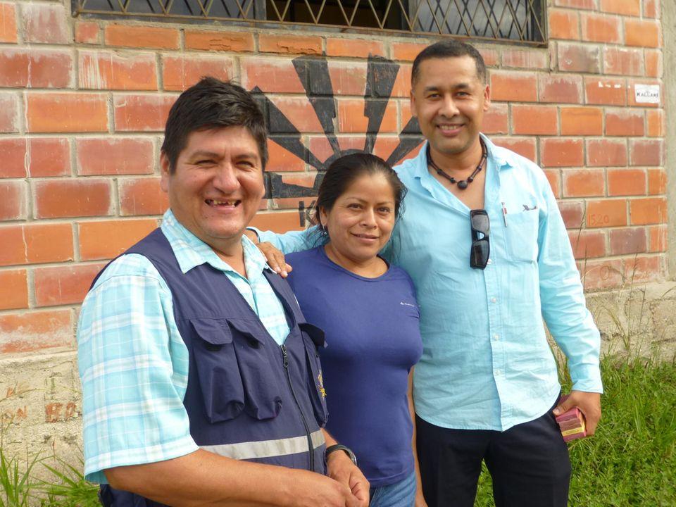 Ecuador: Zwei Mitglieder des fünfköpfigen Projektteams (li.) mit einem Universitätsprofessor, der im Projekt Studien begleiten wird