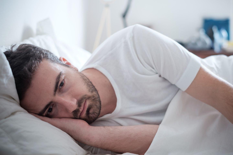 Mann findet keinen Schlaf