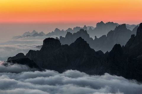 Vor Sonnenaufgang präsen- tiert sich die in Hochnebel eingebettete Landschaft von ihrer farbenprächtigen Seite.