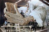 Der Künstler als Manikürist: Frédéric-Auguste Bartholdi modelliert im Jahr 1881 in seiner Pariser Werkstatt den linken Daumen…