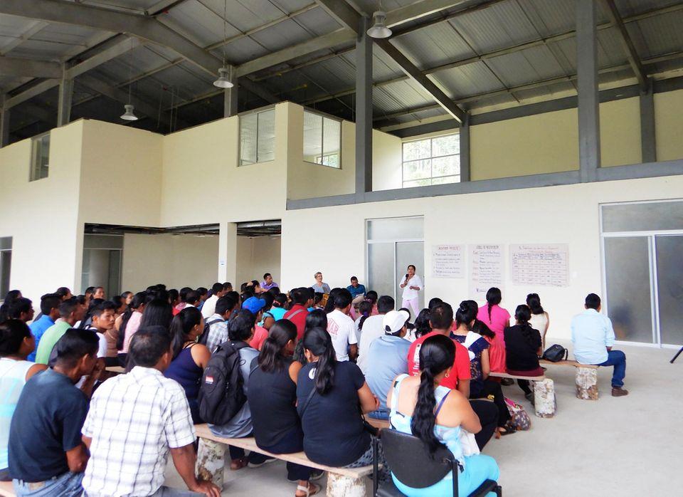"""Ecuador: Das Eröffnungsevent des Projekts findet im Juni im Kakaolager von Kallari neben dem """"Bio-Zentrum"""" der Kooperative statt"""