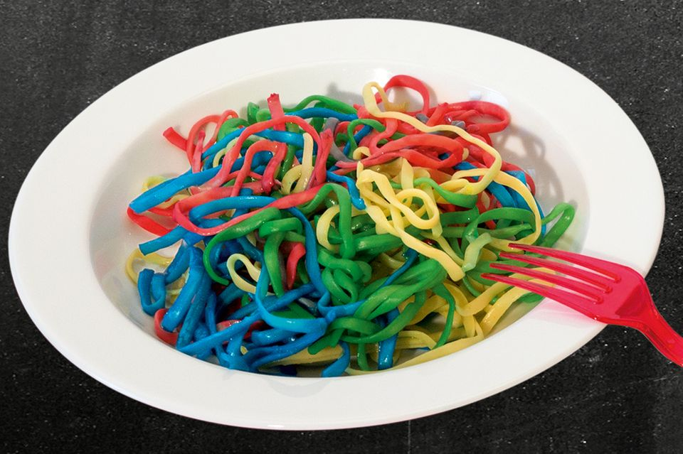 Regenbogen-Spaghetti