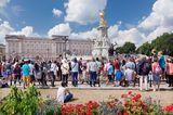 Touristen vor Buckingham Palace