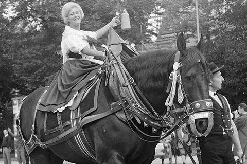 Wiesn-Geschichte: Die Wiesn im Jahr 1966: Als dieses Foto vom Trachtenumzug entstand, war der Name Maximilian Schmidt bereits vergessen.
