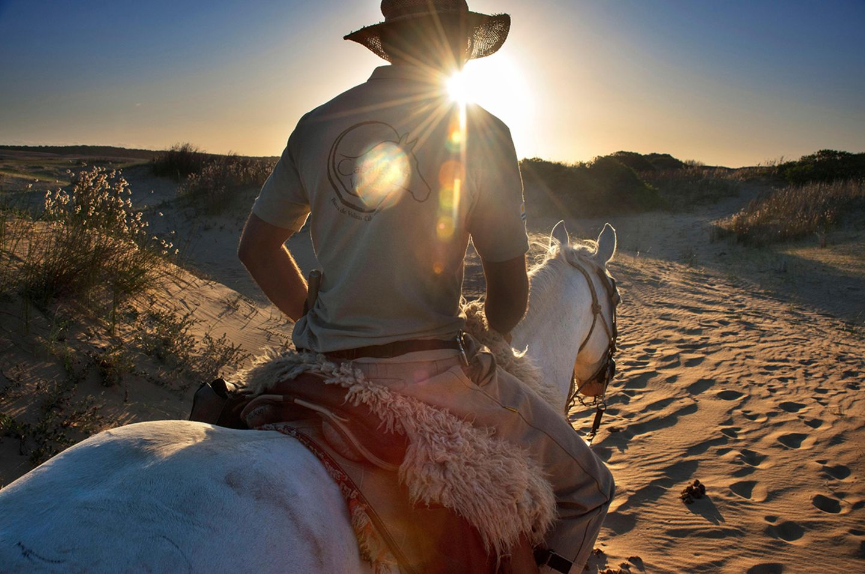 Reiter am Strand in Uruguay