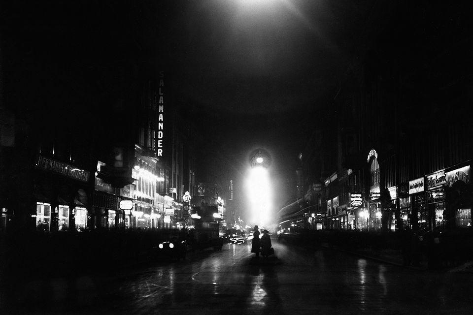 Leuchtreklamen erhellen die Friedrichstraße, wo Barbesitzer besonders um ausländische Gäste werben – und um deren kostbare Devi…