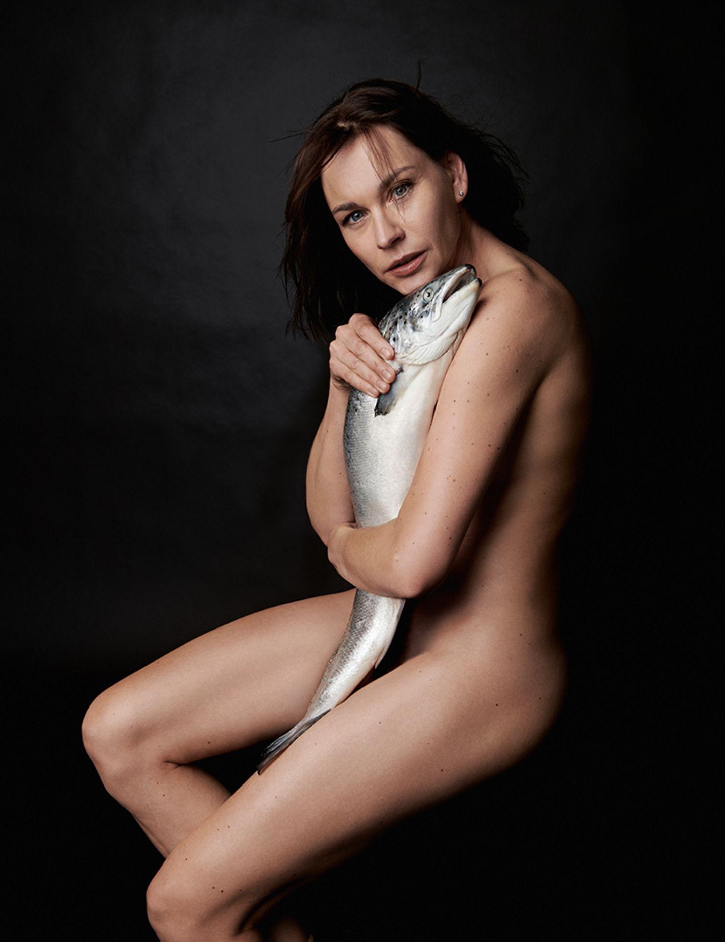 Christiane Paul nackt mit einem Fisch