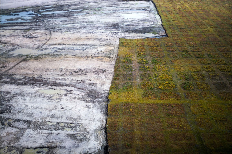 "Fotowettbewerb: In ""As Long as the Sun Shines"" dokumentiert Ian Willms den Ölsandabbau in Kanada"