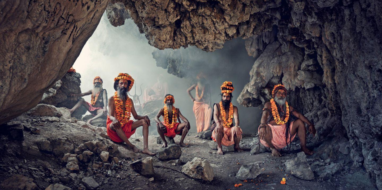 Indische Sadhus in einer Höhle