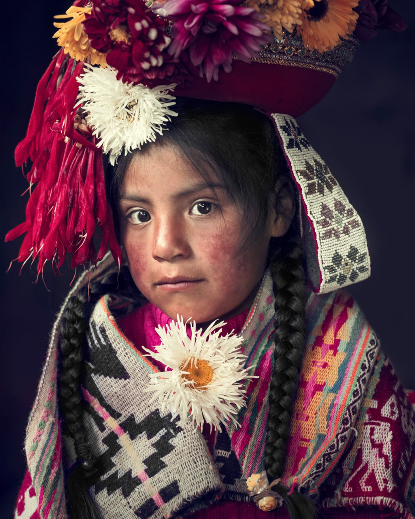 Kleines Mädchen in traditioneller Kleidung