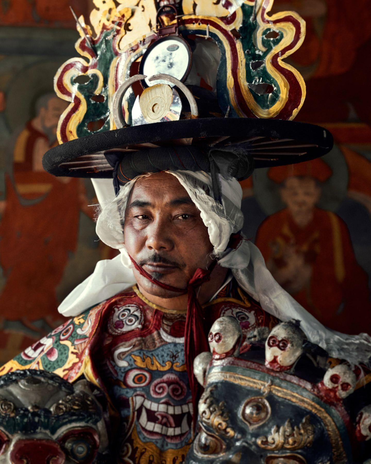 Mönch in aufwendigem Kostüm