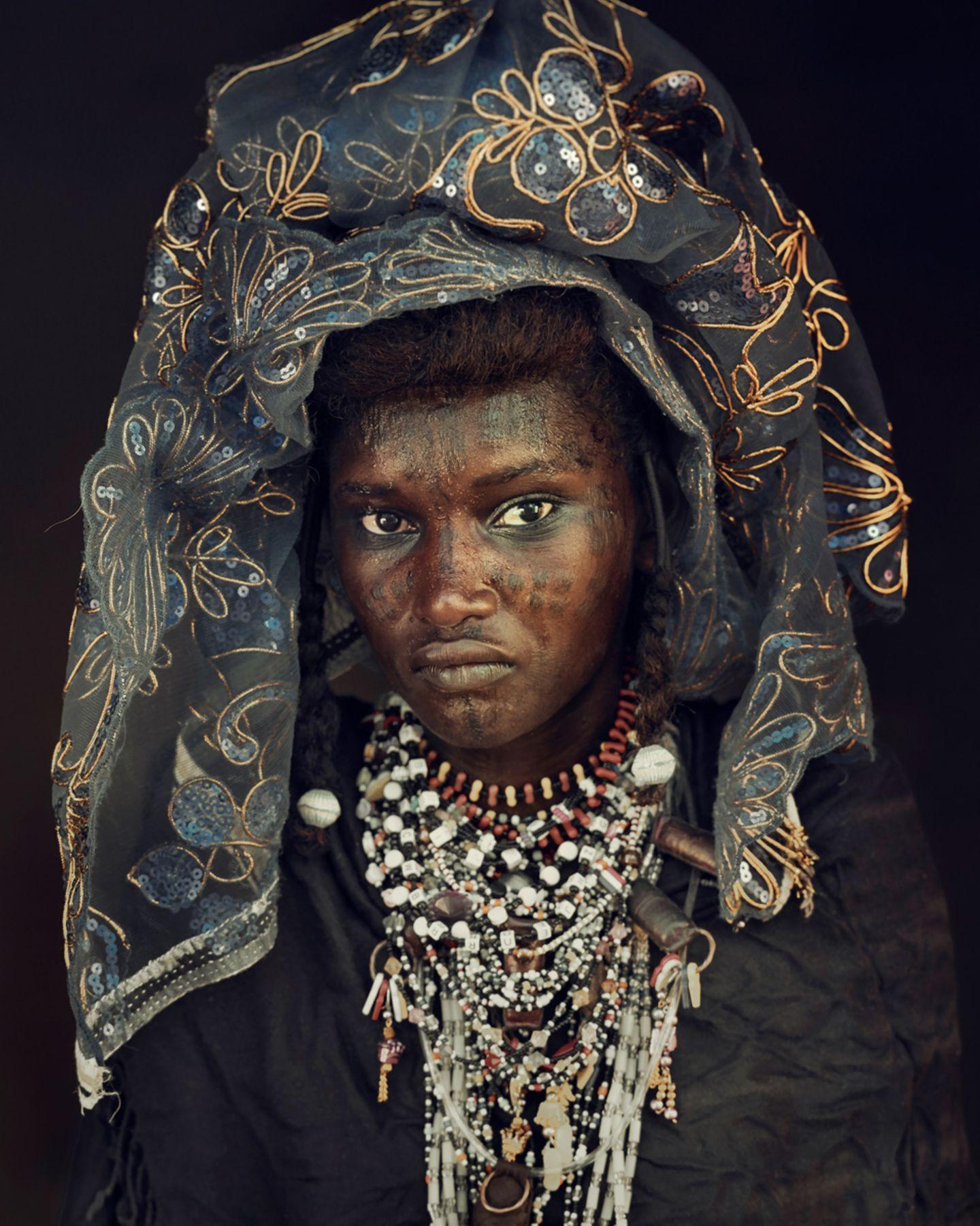 Die Frauen der Wodaabe hüllen sich in eher dunkle Farbe