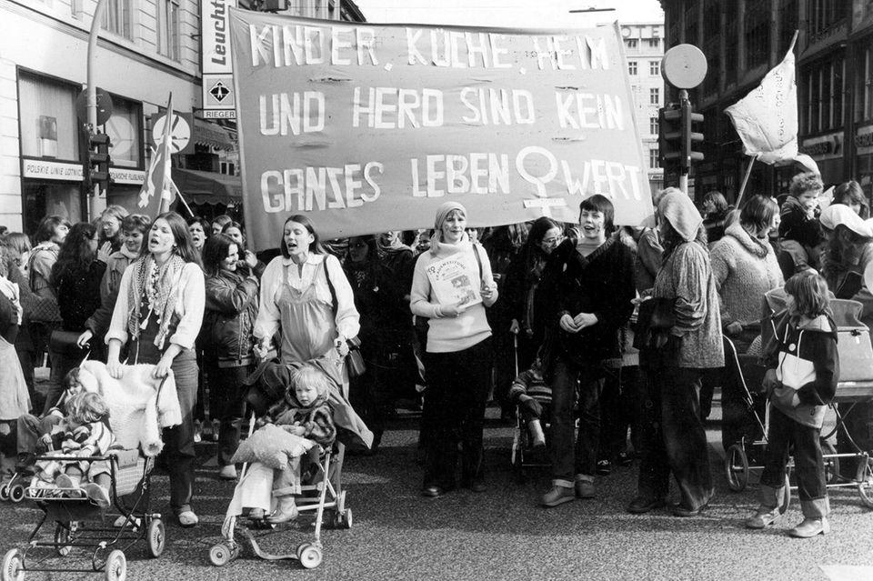 """Foto: picture alliance / Keystone - Demonstration gegen den §218 in Hamburg am """"Internationalen Frauentag"""", August 1980."""