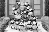Walt Disney mit Micky Maus, 1930