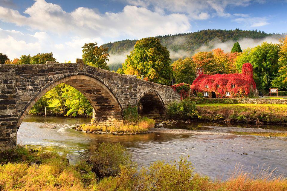 Pont Fawr, Ty Hwnt i'r Bont, Wales