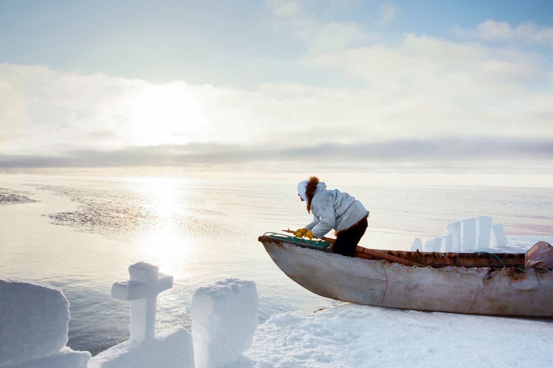 Ein Harpunier wartet an der Eiskante der Tschuktschensee auf Beute