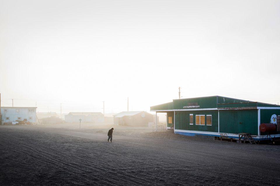 Die 700 Einwohner von Point Hope leben rund 500 Kilo- meter von Barrow entfernt auf einer Landspitze.
