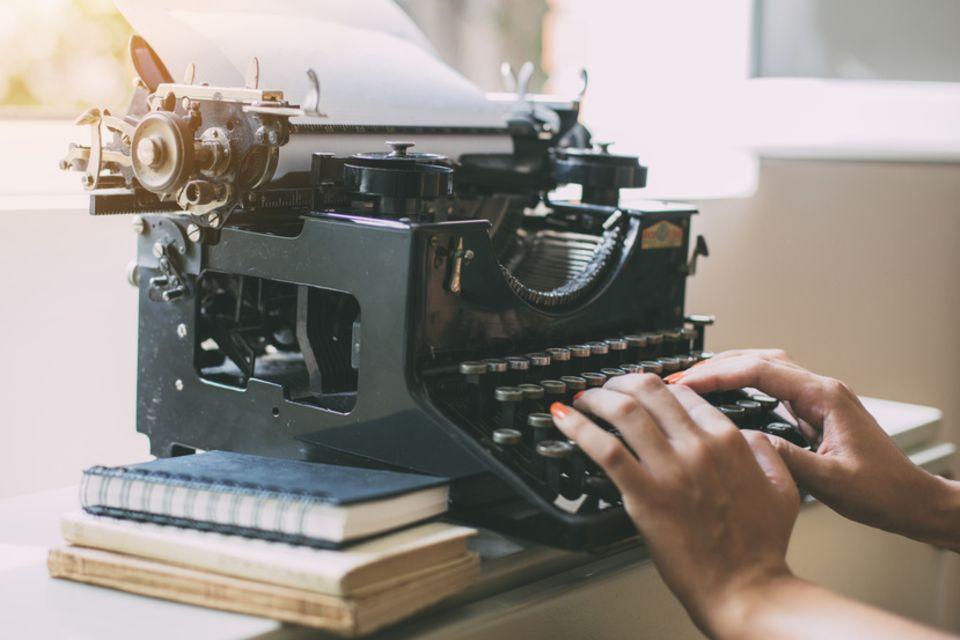 Autorin an der Schreibmaschine