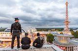 Schornsteinfeger am Funkturm über Berlin
